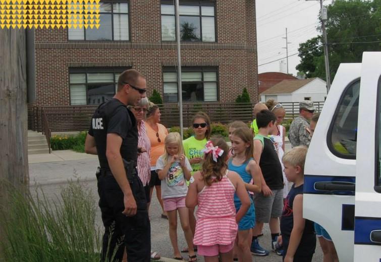 Kentland Police Department, Officer showing children a police car